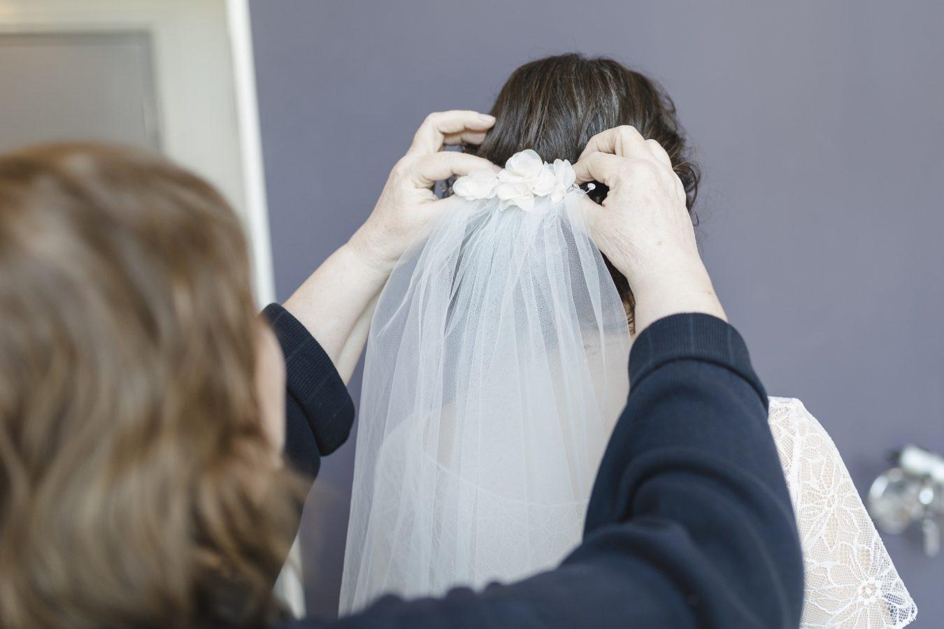 Hochzeitsfotograf Hamburg - Braut bekommt den Schleier gesteckt