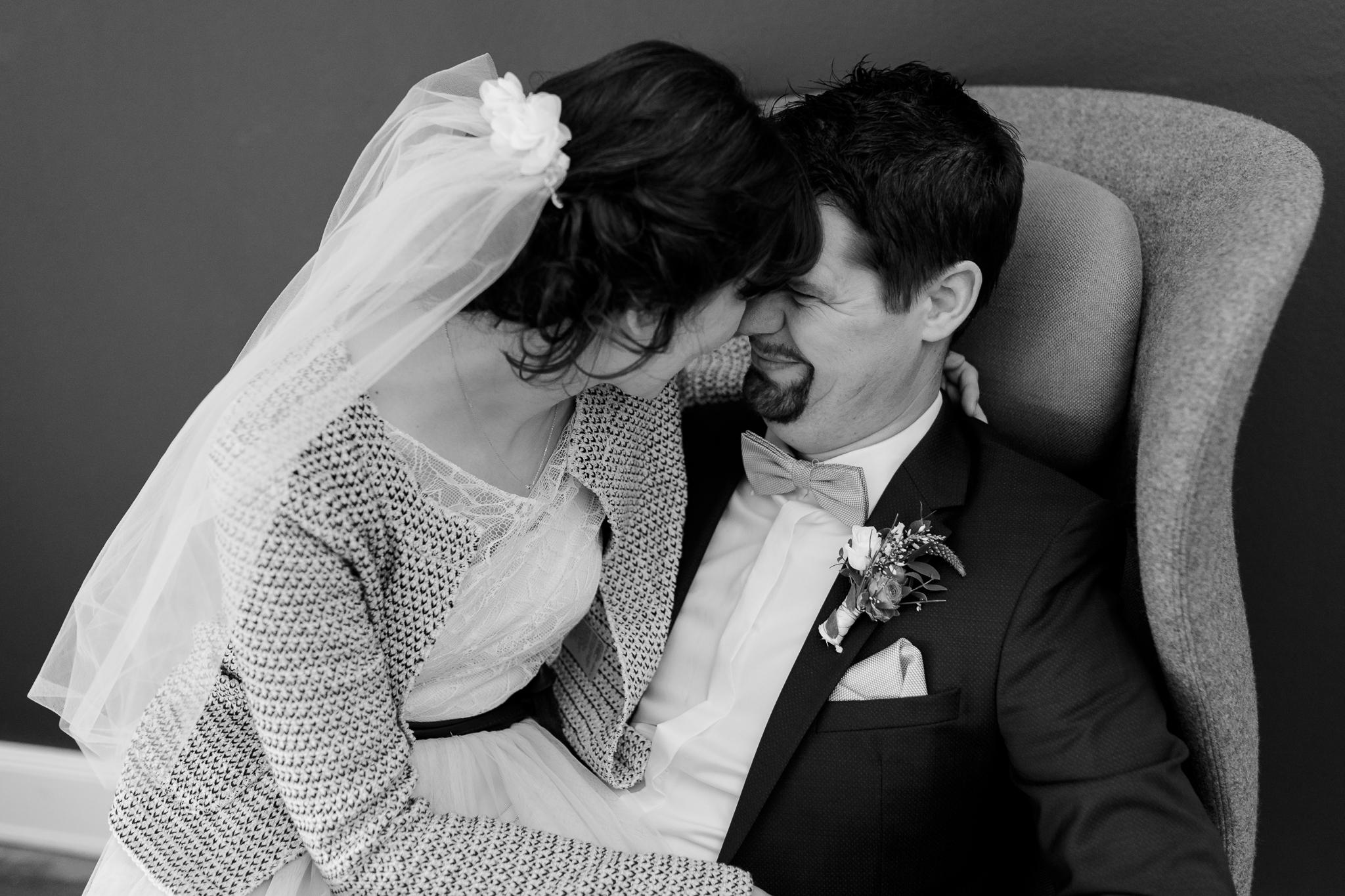 Hochzeit in Hamburg - Brautpaar sitzt gemeinsam in einem Sessel