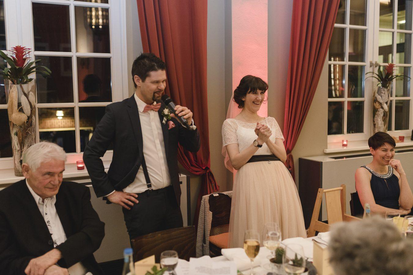 Hochzeitsfotograf Hamburg - Brautpaar lacht bei der Rede