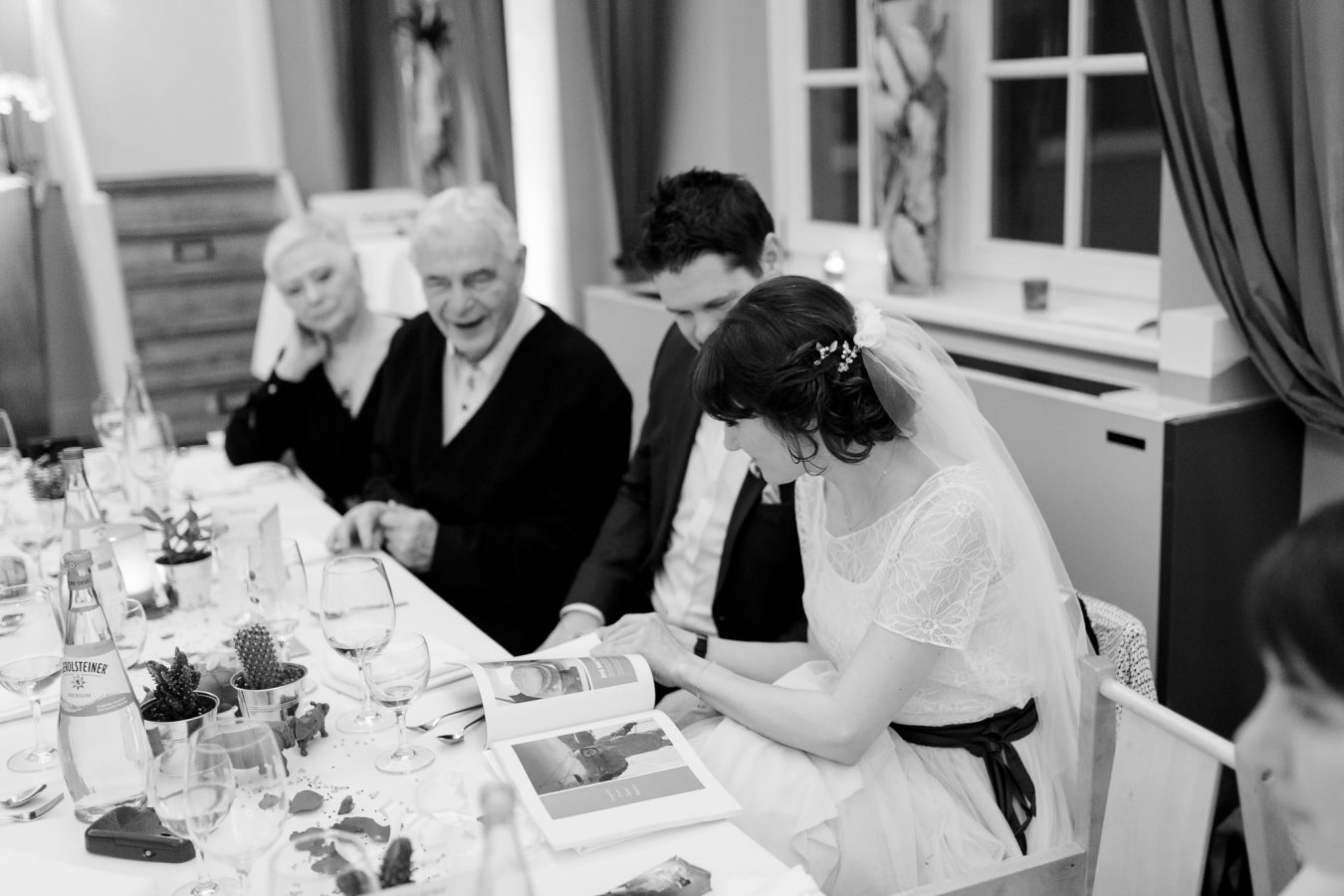 Hochzeitsfotograf Hamburg - Brautpaar sieht sich Gastgeschenk gemeinsam an