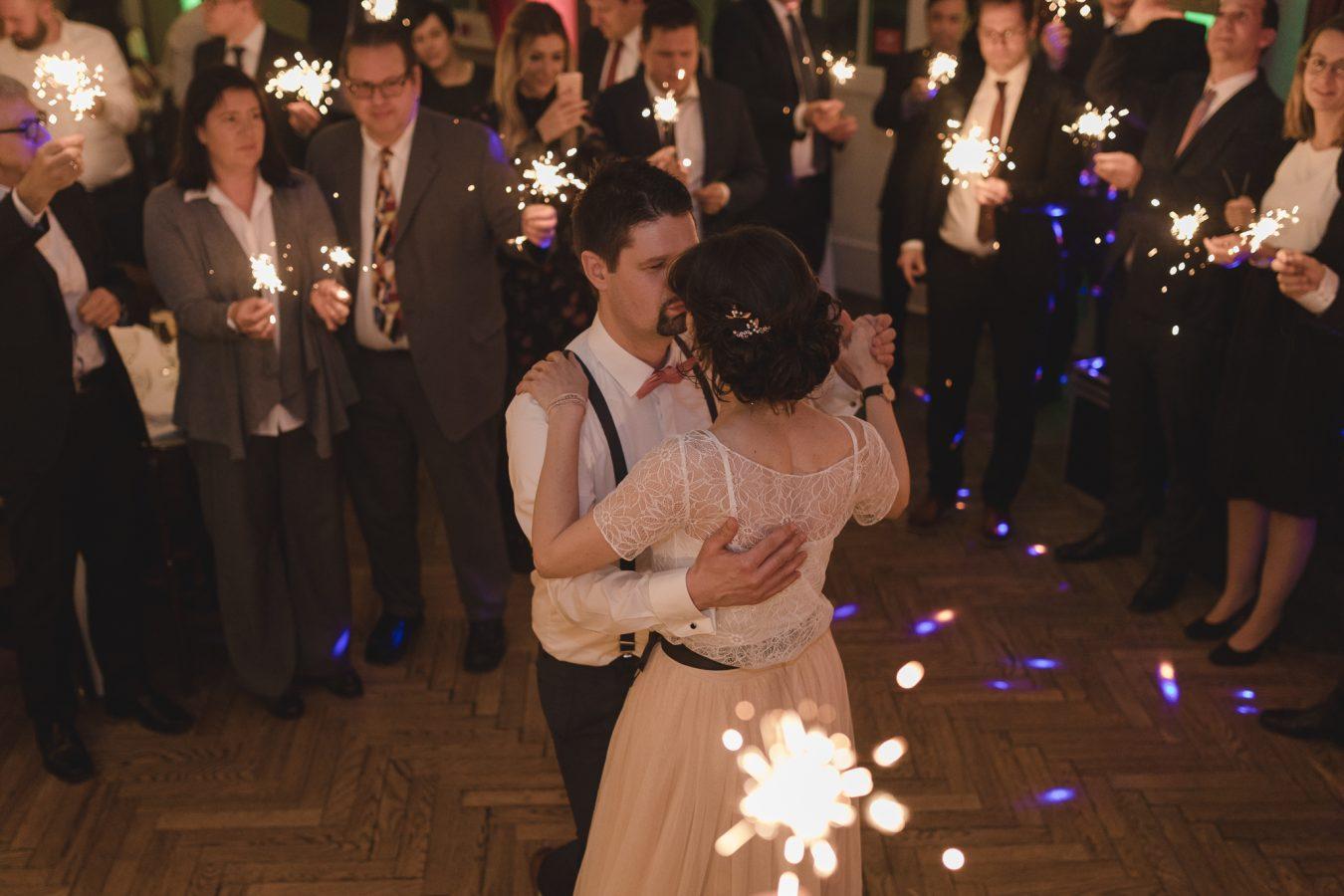 Hochzeitsfotograf Hamburg - Brautpaar beim Eröffnungstanz mit Wunderkerzen