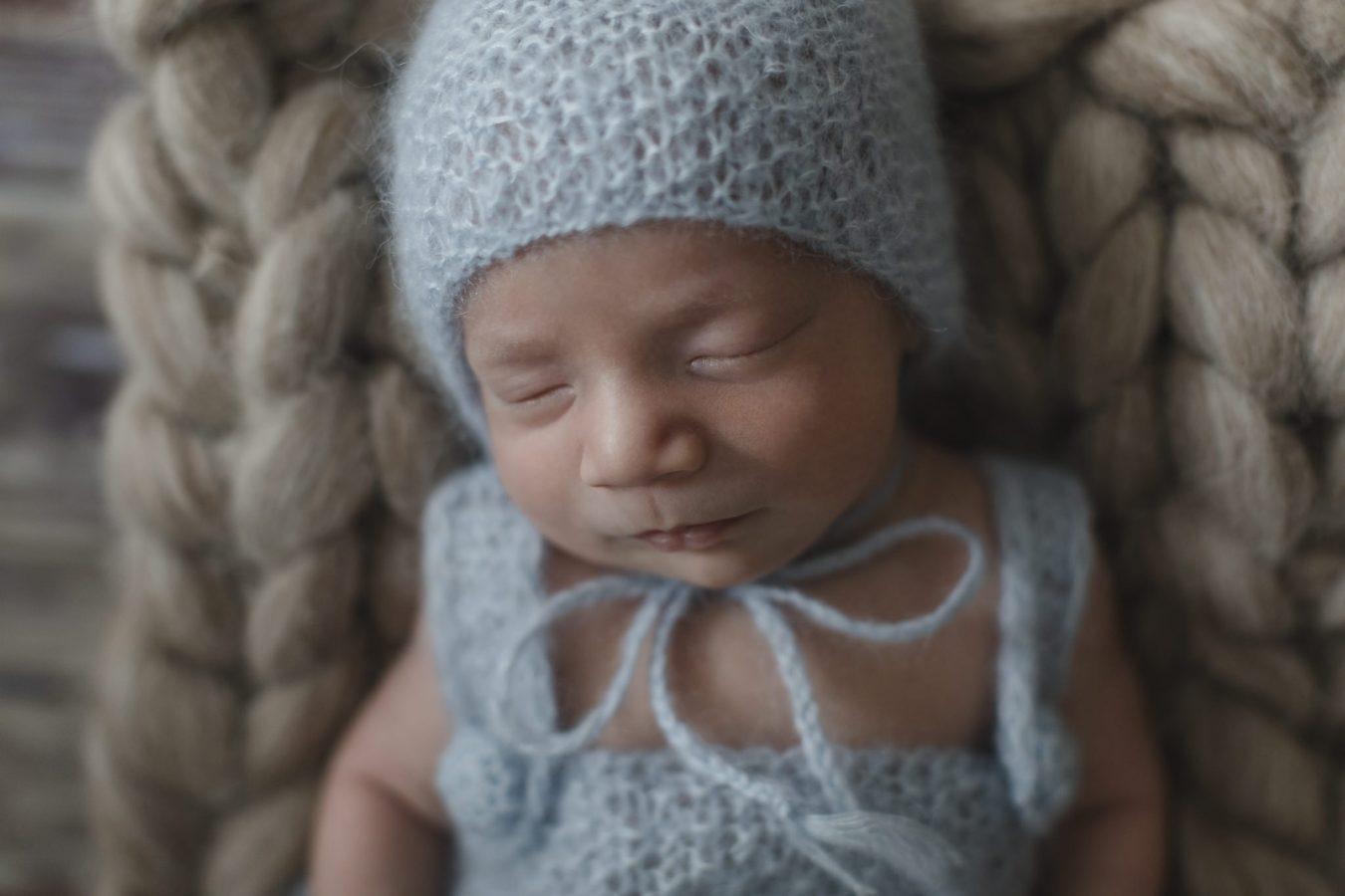 Babyfotograf Hamburg - Baby schläft mit blauer Mütze