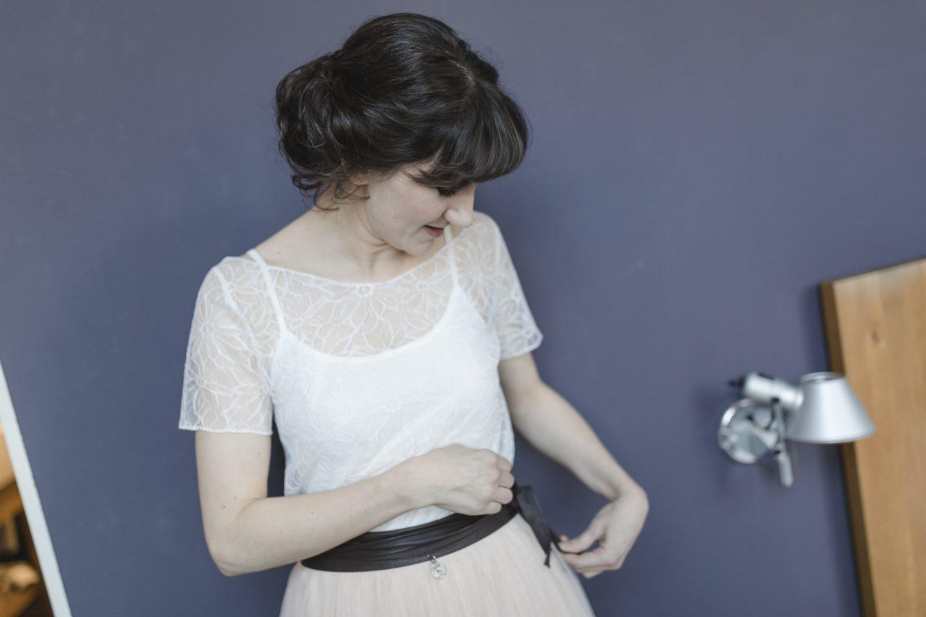 Hochzeitsfotograf Hamburg - Braut bindet ihren Gürtel