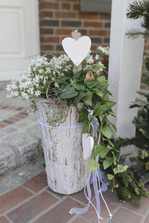 Hochzeitsdeko vor dem Haus