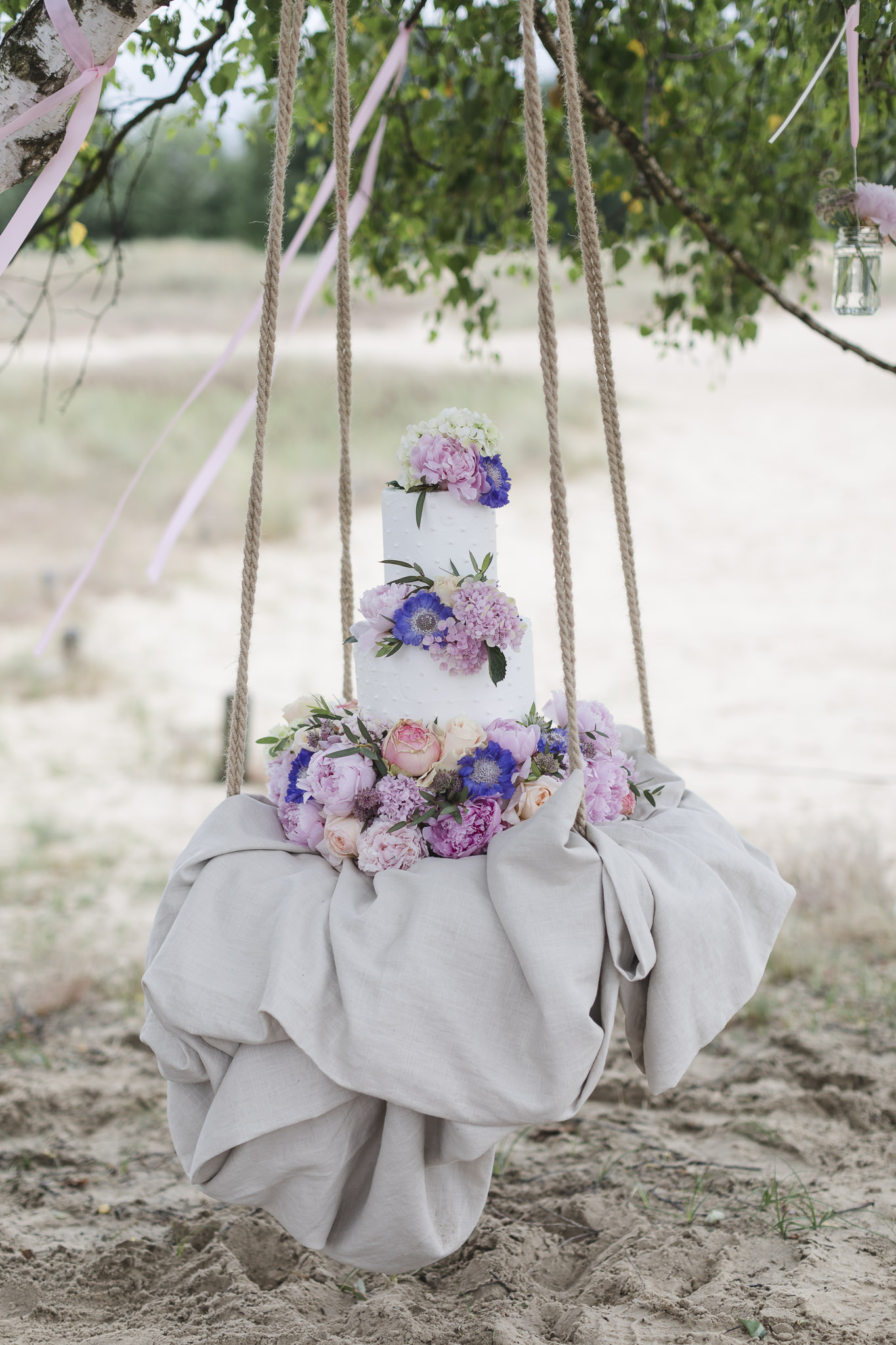 die Hochzeitstorte hängt im Baum