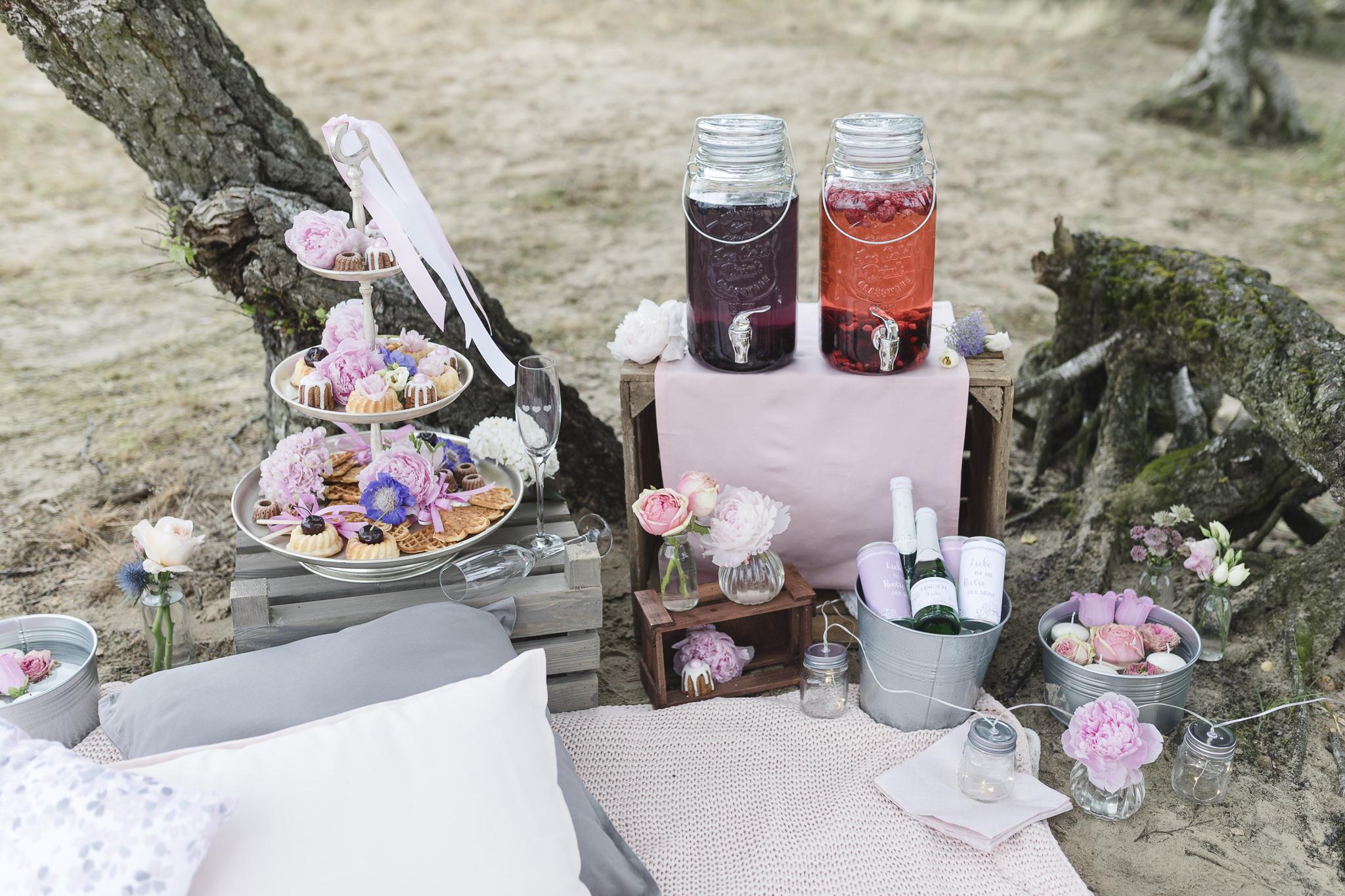 Hochzeitsinspirationen: selbstgemachte Limonade und viele kleine Süßigkeiten laden zum Verweilen ein