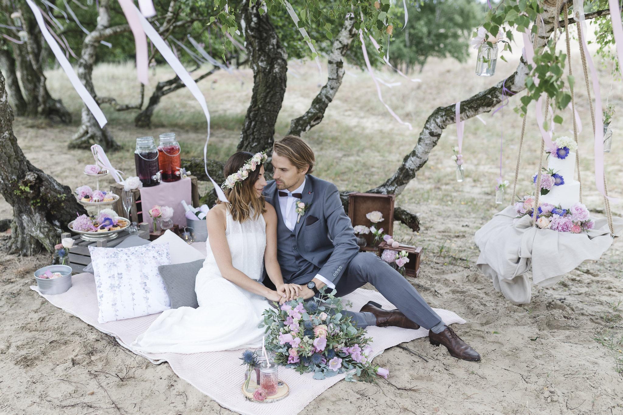 Elopement in Hamburg - Brautpaar genießt sein Picknick zu zweit