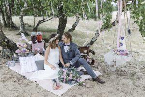 Brautpaar genießt sein Picknick in den Boberger Dünen