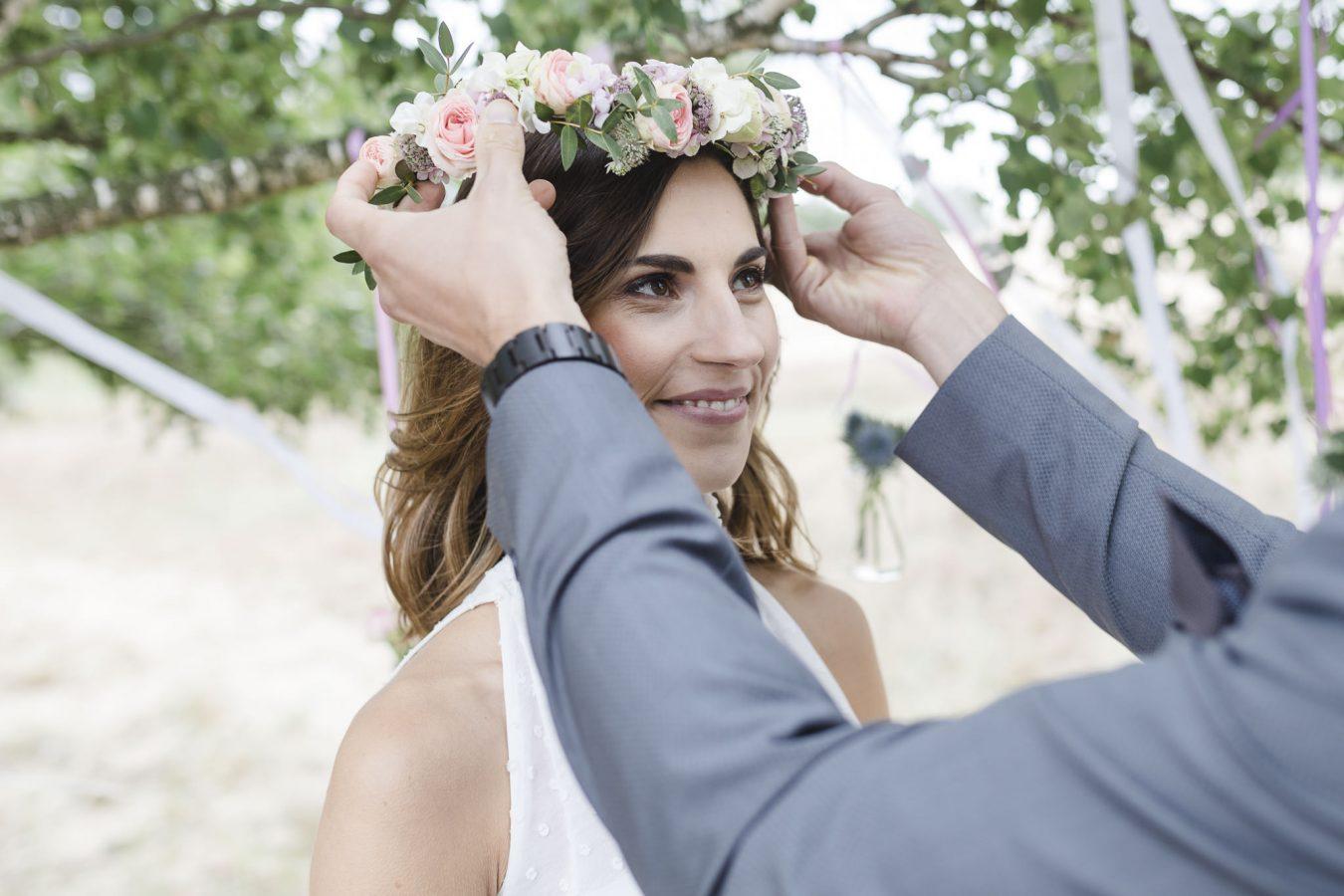 Braut bekommt ihren Vintage Blumenkranz aufgesetzt