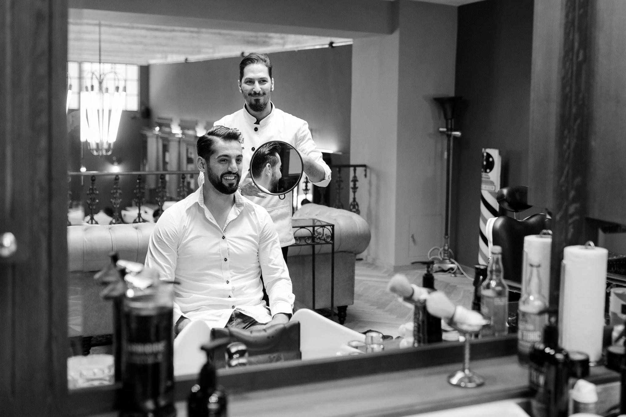 Getting Ready des Bräutigams - der Bräutigam bekommt die fertige Frisur gezeigt