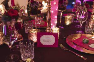 üppige Tischdekoration in magenta und violett
