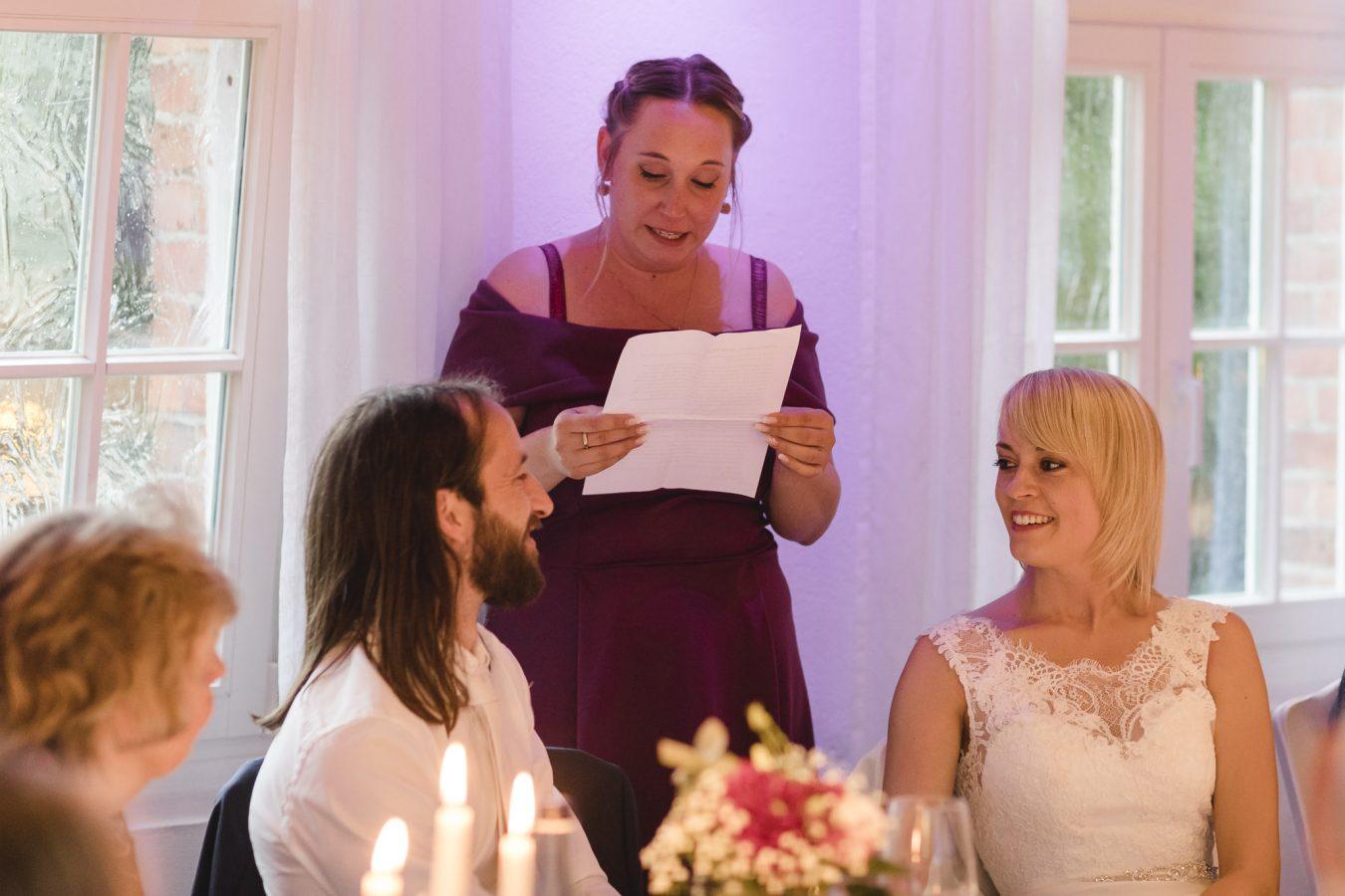 Trauzeugin hält eine Rede für das Brautpaar
