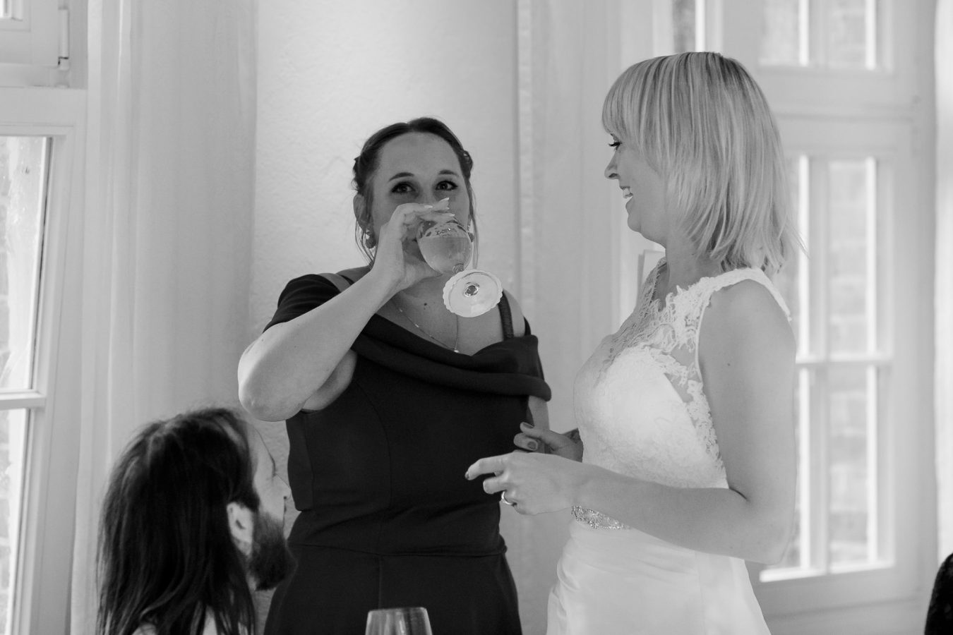 Hochzeitsfeier: Trauzeugin trinkt vor Aufregung bei der Rede ein Glas Bier