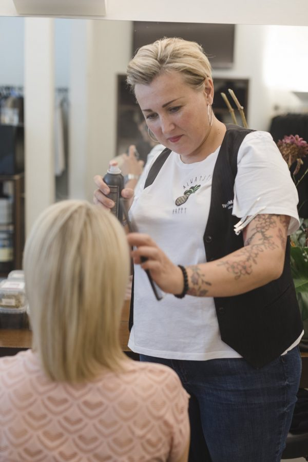Styling der Braut bei Friseur