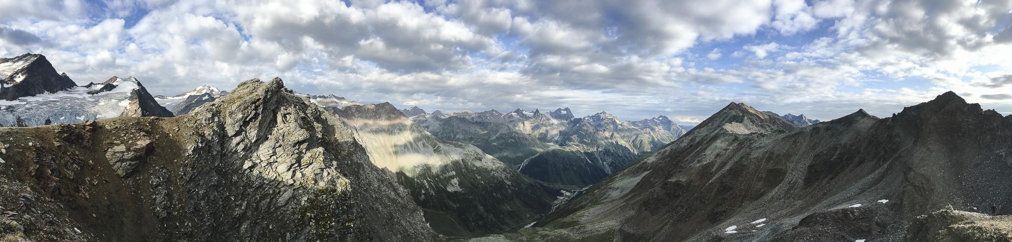 Wandern auf dem E5: Panoramablick oberhalb der Braunschweiger Hütte