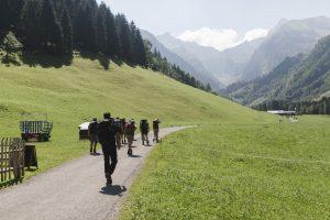 Alpenüberquerung auf dem E5 - wir wandern fröhlich in Spielmannsau los