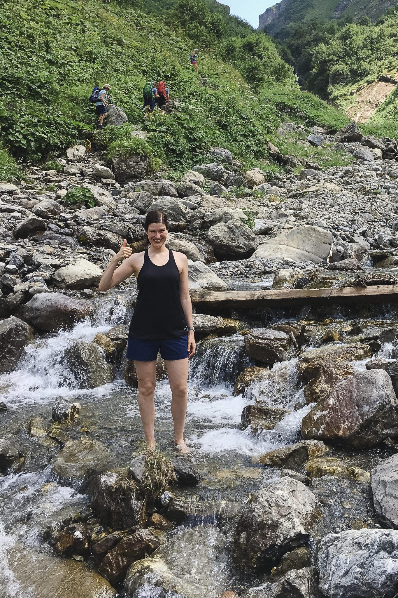 Alpenüberquerung Tag 1 - bei großer Hitzer kühle ich meine Füße im Wasser