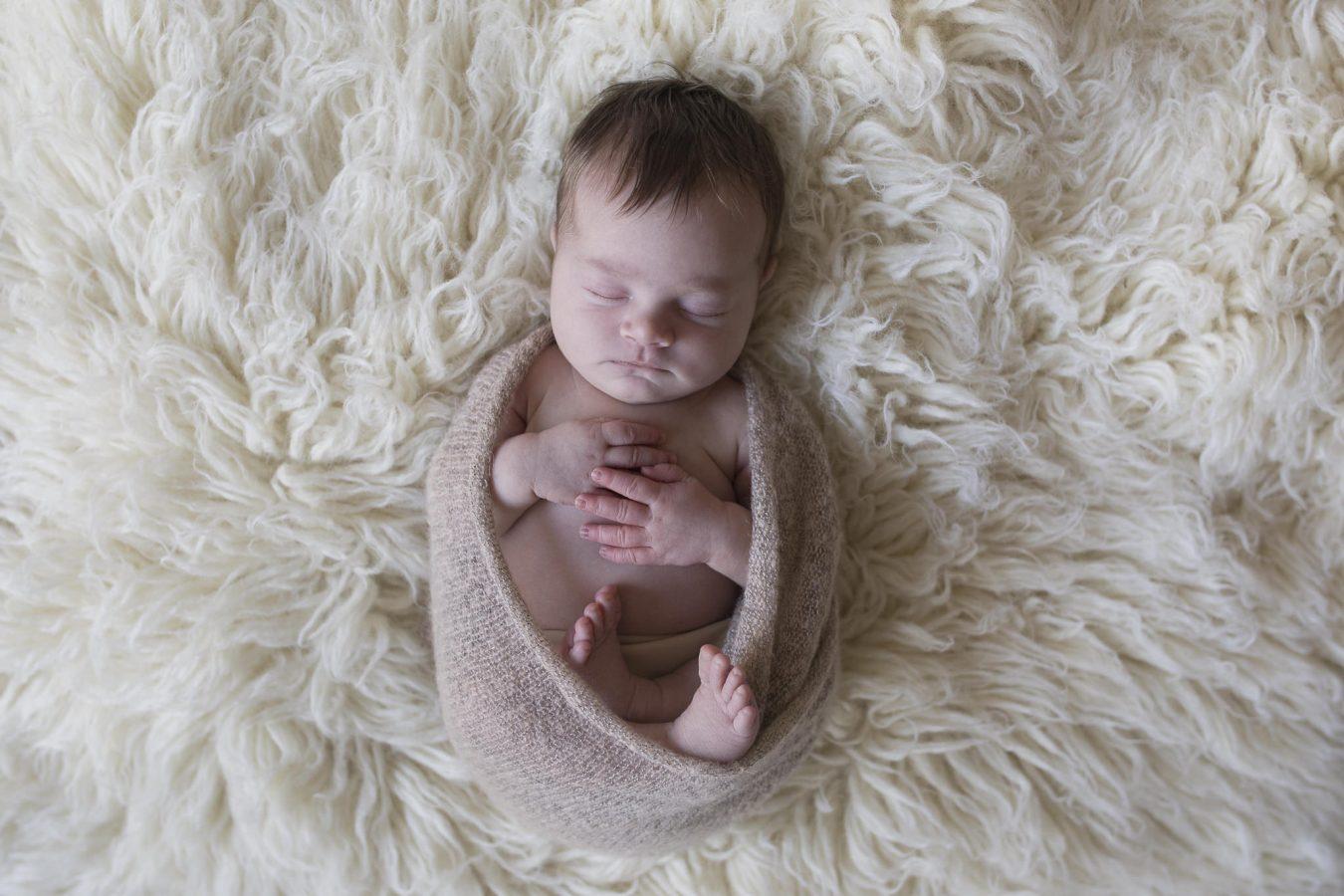 die kleine Emma verschläft das Babyfotoshooting