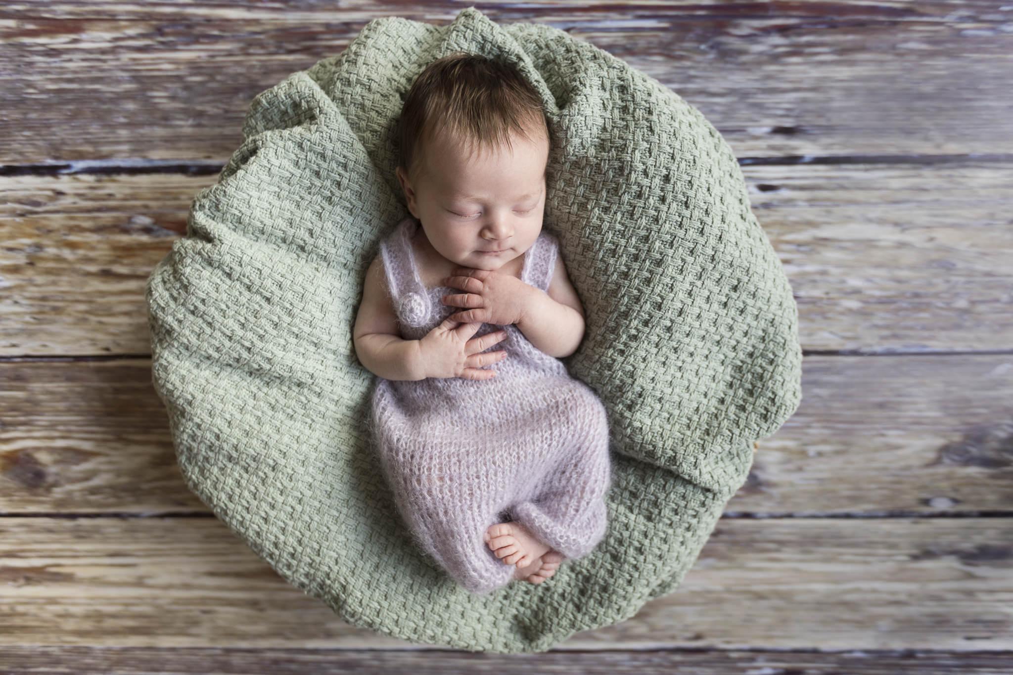 Babyfotograf Hamburg - die kleine Maus liegt in einem Körbchen