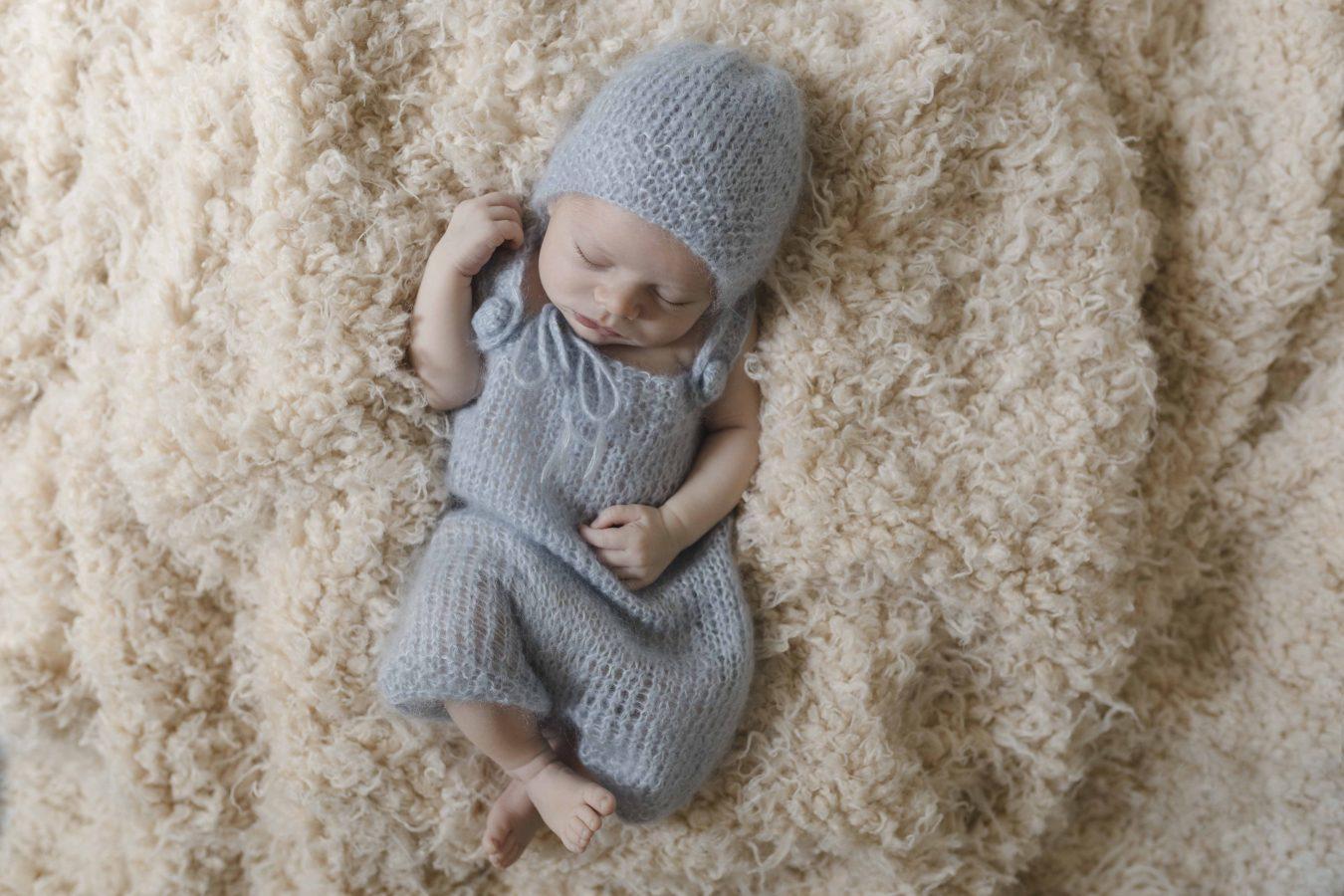 Neugeborenenshooting Hamburg - kleiner Junge schläft auf Plüschdecke