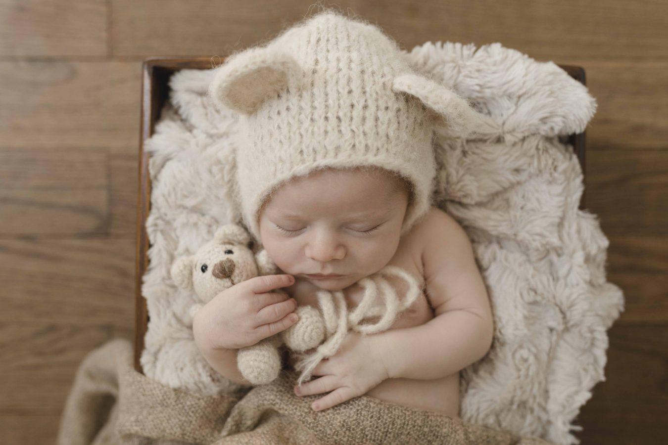 Babyfotografin Hamburg - kleiner Junge kuschelt mit seinem Teddy