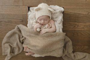 Neugeborenfotos Hamburg - kleiner Junge kuschelt mit seinem Teddy