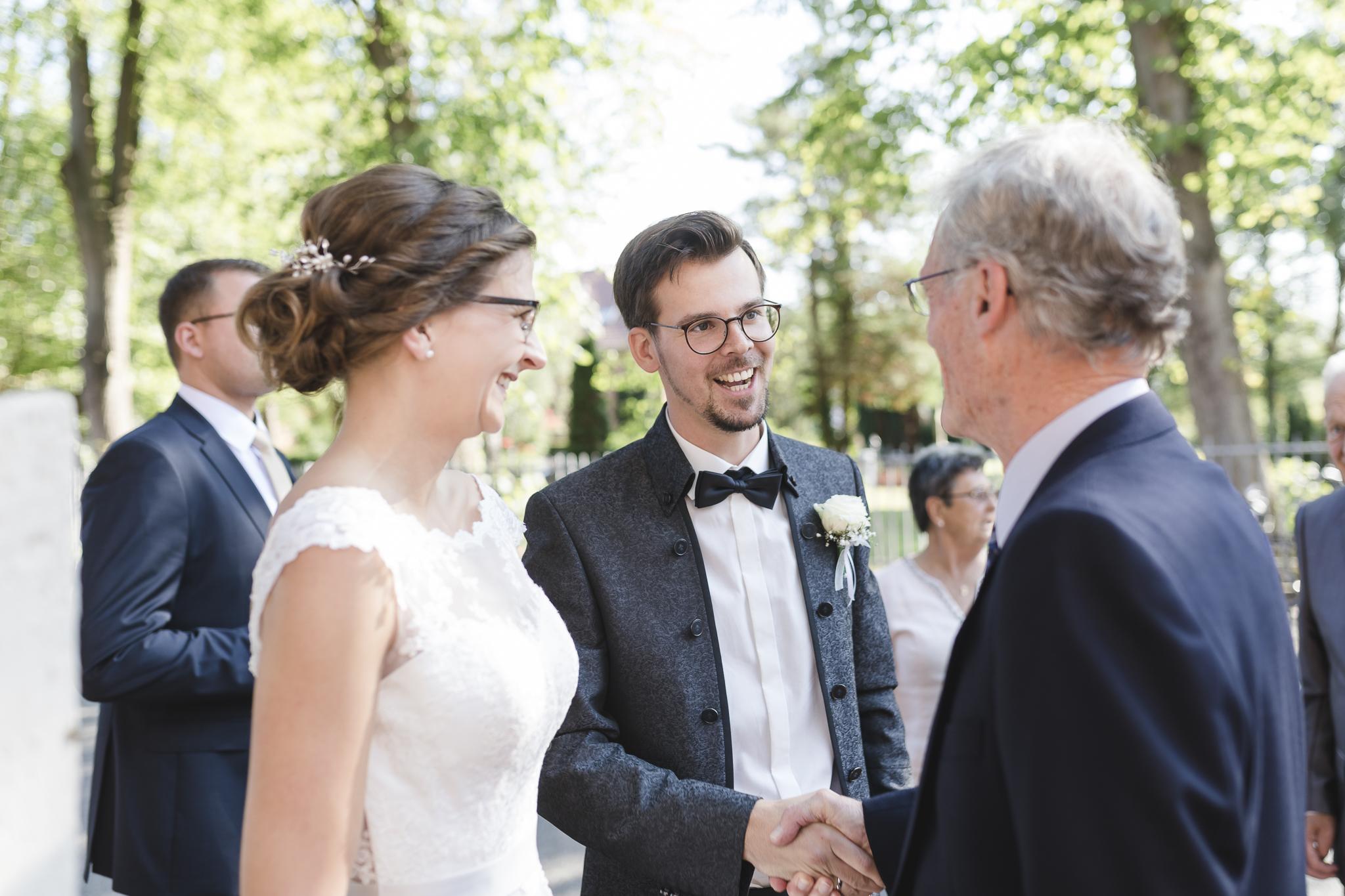 Aufgabe als Trauzeuge: Bei der Gratulation dem Brautpaar die Geschenke abnehmen