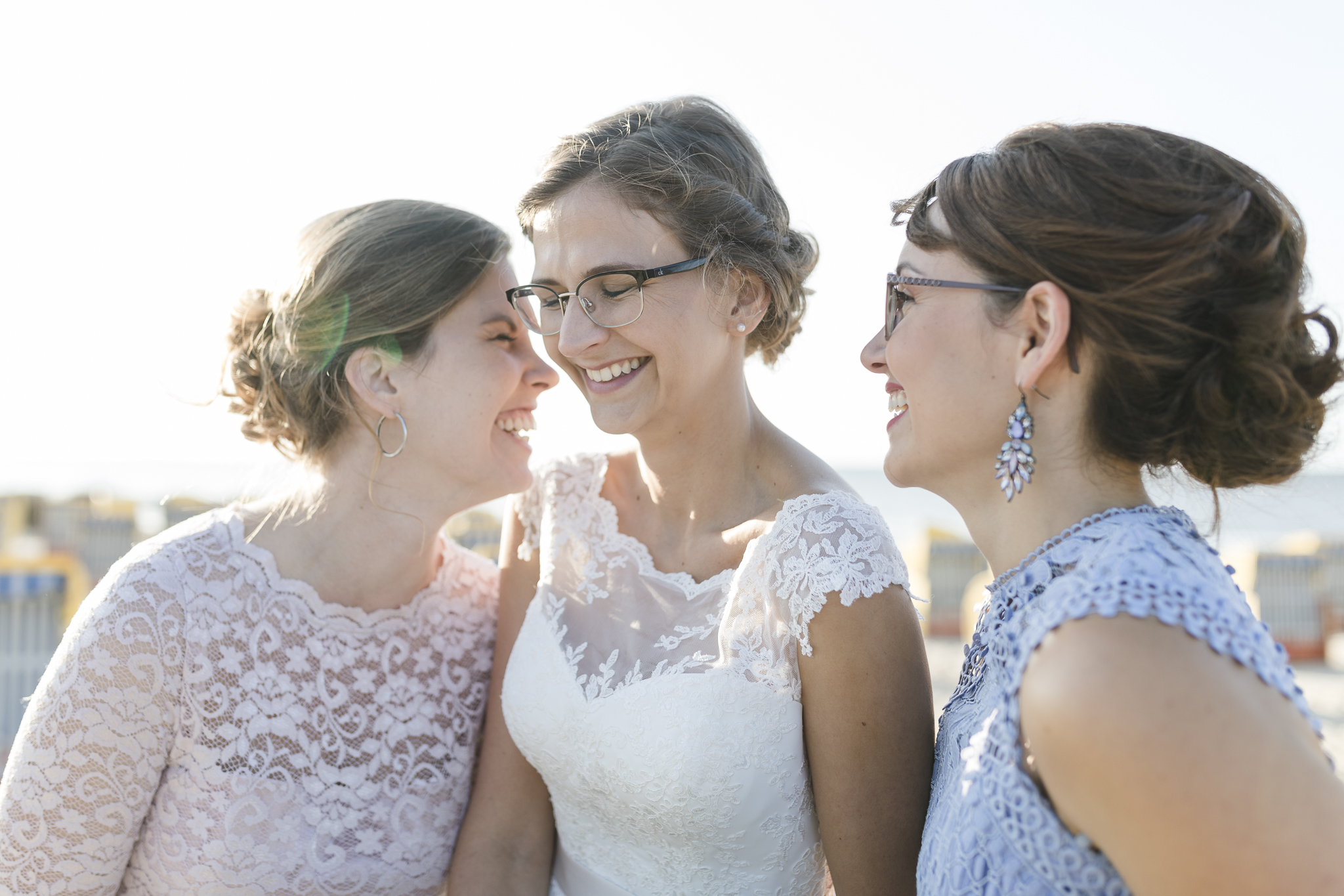 die Brautjungfern flüstern der Braut etwas ins Ohr