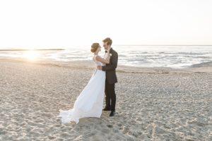 Hochzeitsfotografie Hamburg - Brautpaar steht an der Nordsee