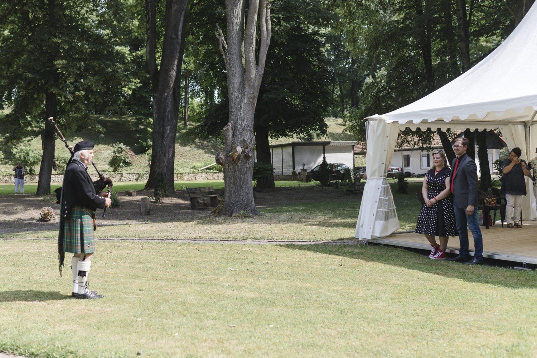 Hochzeitsfotograf Einbeck - ein Dudelsackspieler überrascht das Brautpaar