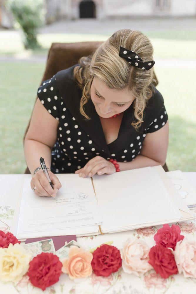 die Braut unterschreibt ebenfalls die Heiratsurkunde
