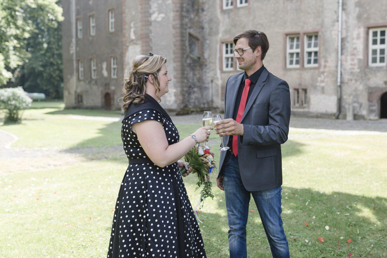 Kim und Norman stoßen mit Sekt auf ihre Hochzeit an