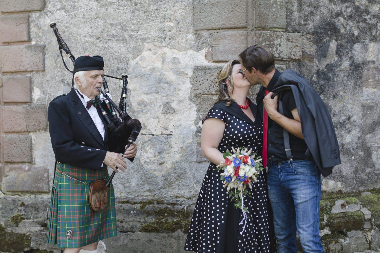 das Brautpaar küsst sich innig