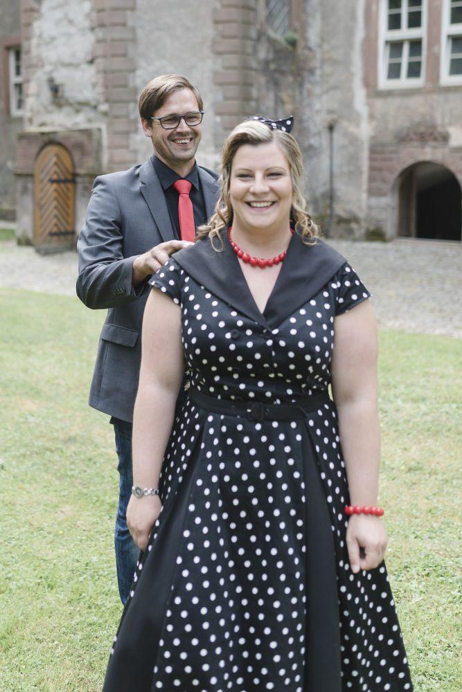 First Look - der Bräutigam tippt der Braut von hinten auf die Schulter