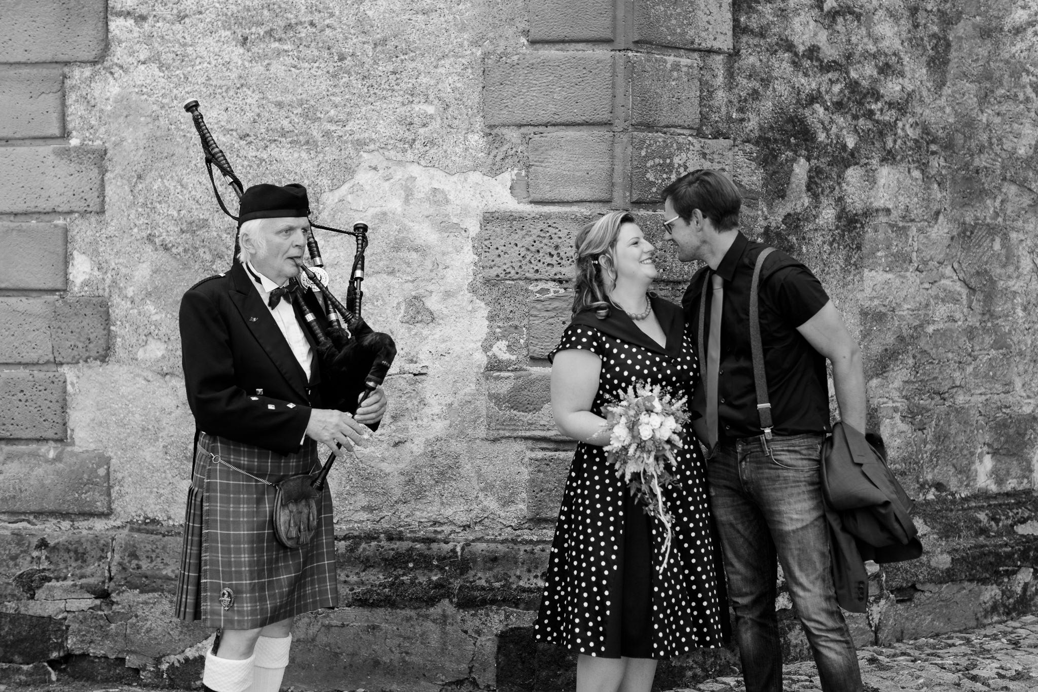 Hochzeitsfotograf Einbeck - das Brautpaar wirft sich verliebte Blicke zu
