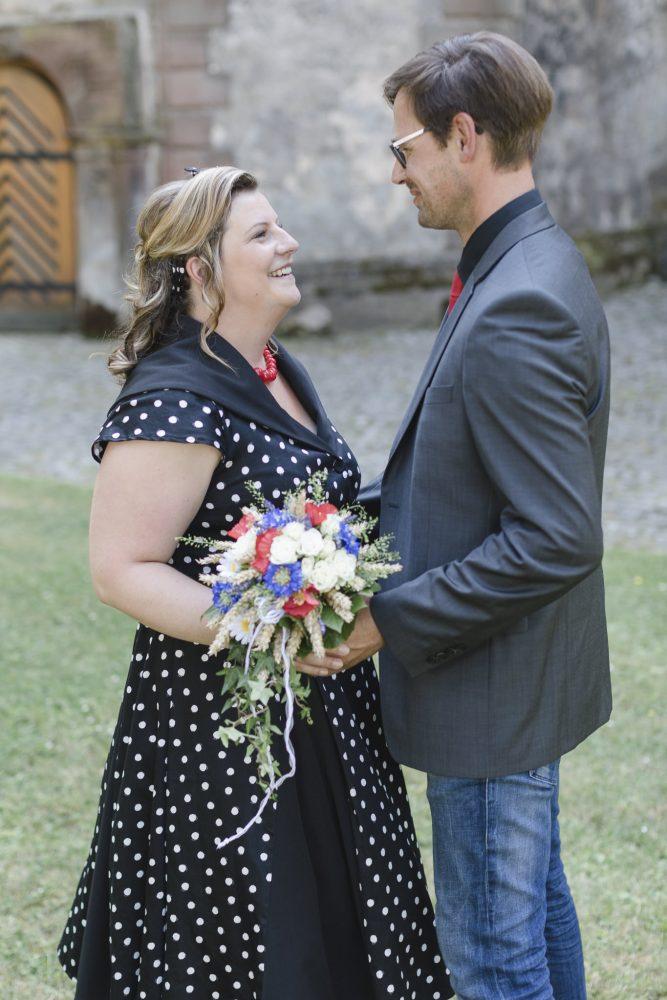 Hochzeitsfotografin Einbeck - das Brautpaar lächelt sich an