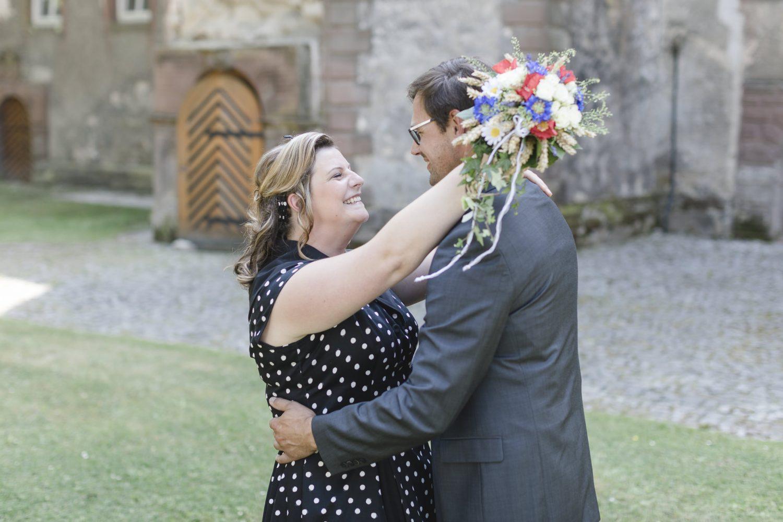 Hochzeitsfotograf Dassel - die Braut legt liebevoll die Arme um ihren Mann