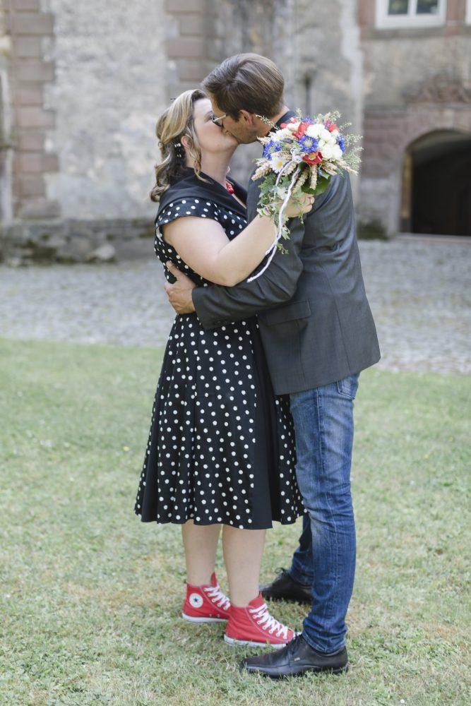 Hochzeitsfotografie Dassel - das Brautpaar küsst sich verliebt