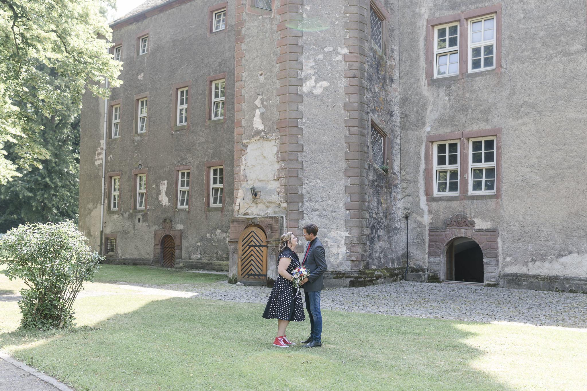 Hochzeitsfotografie Dassel - das Brautpaar vor der Erichsburg