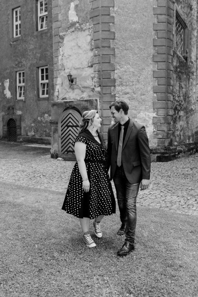 Kim und Norman spazieren durch den Garten der Erichsburg