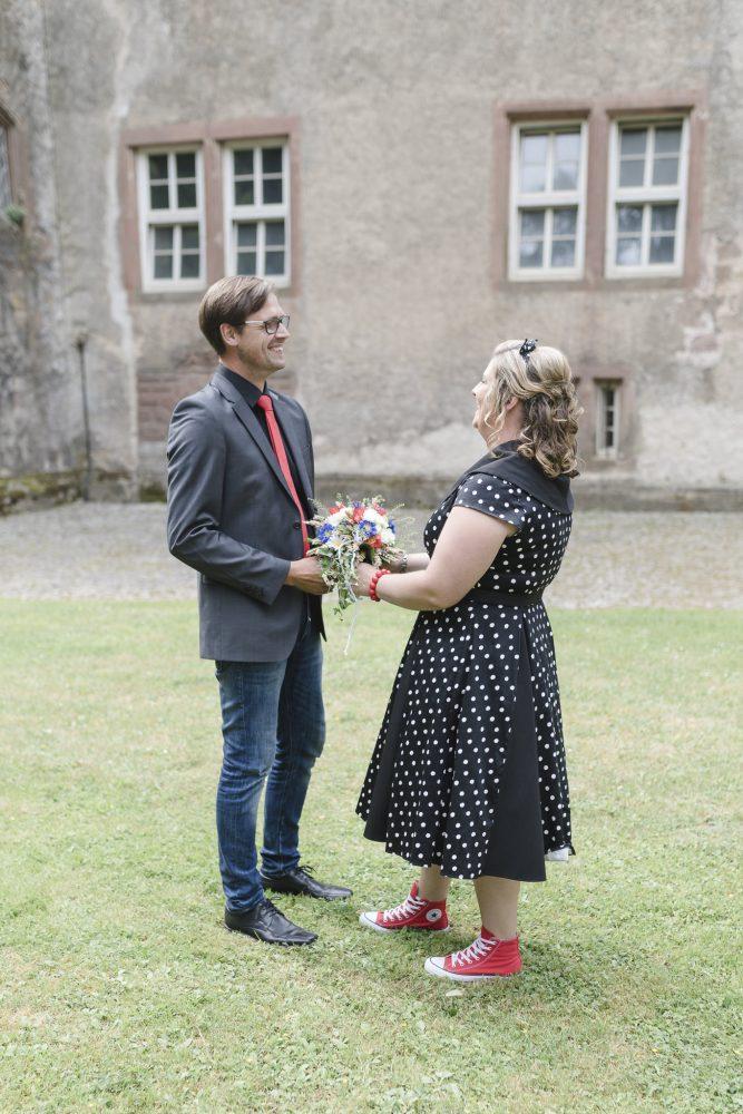 die Braut dreht sich beim First Look zu ihrem Bräutigam um