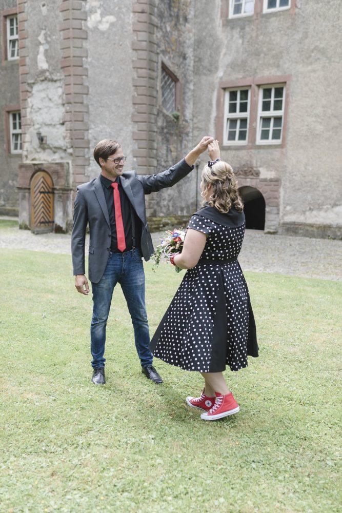 Hochzeitsfotograf Einbeck - das Brautpaar tanzt