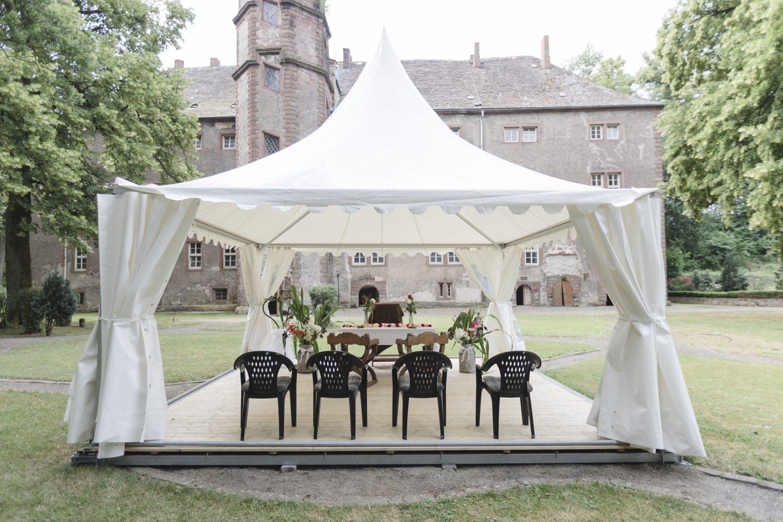 Hochzeitsfotografin Einbeck - Trauung unter einem Pavillion in der Erichsburg