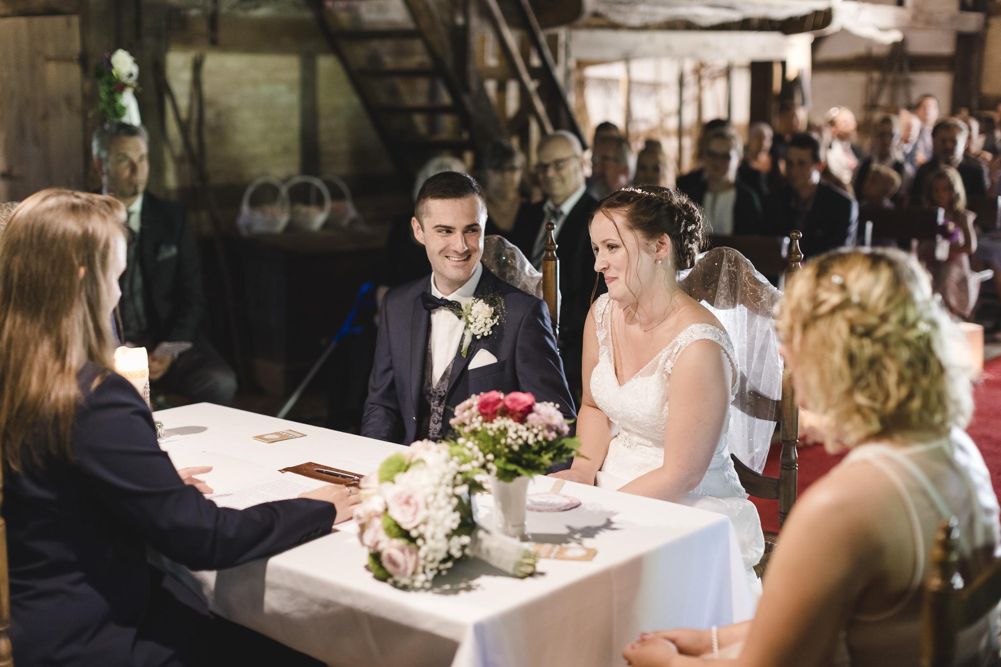 Hochzeit im Sniers Hus in Seppensen - das Brautpaar lacht verschmitzt