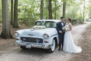 das Brautpaar mit seinem Hochzeits-Oldtimer