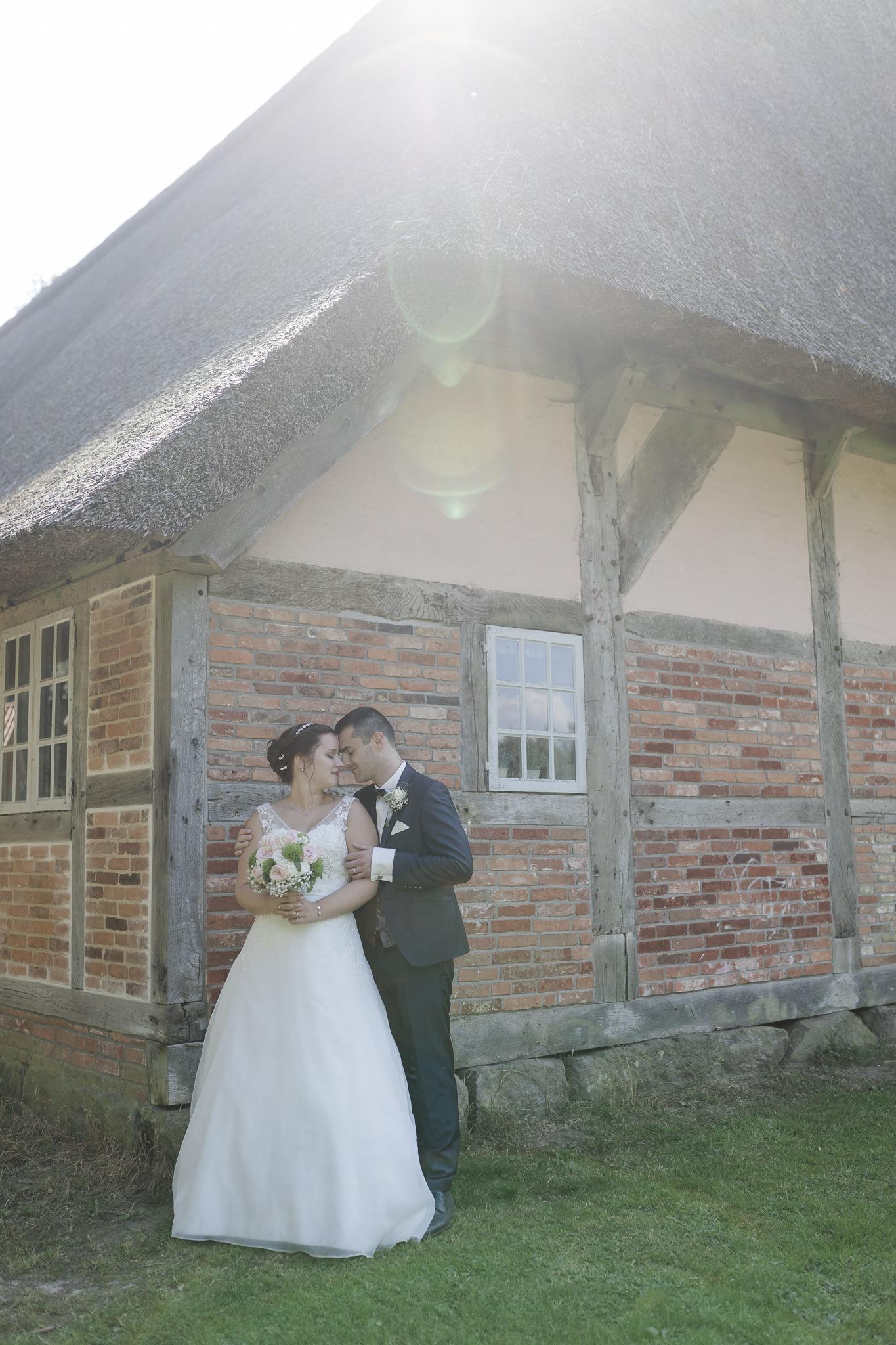 Hochzeitsfotos Buchholz - Paarshooting am Hochzeitstag hinter dem Sniers Hus und die Sonne scheint über das Dach
