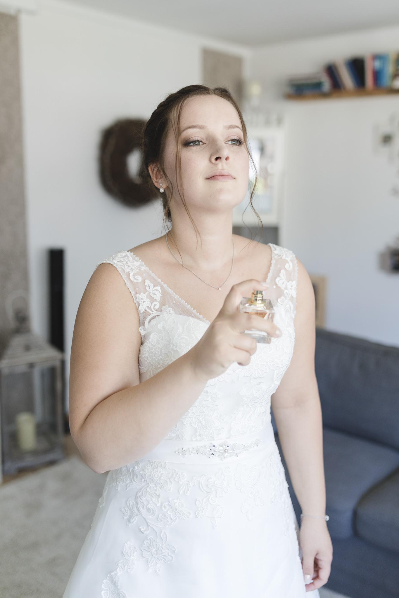 Hochzeitsfotografin Hamburg - die Braut legt Parfum auf