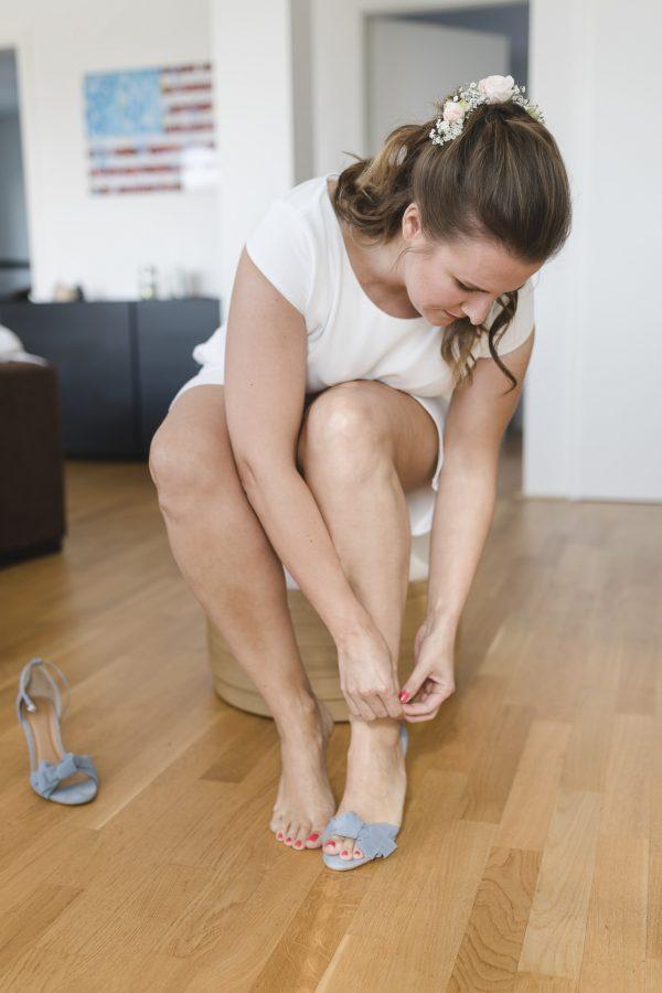 die Braut zieht ihre Schuhe an