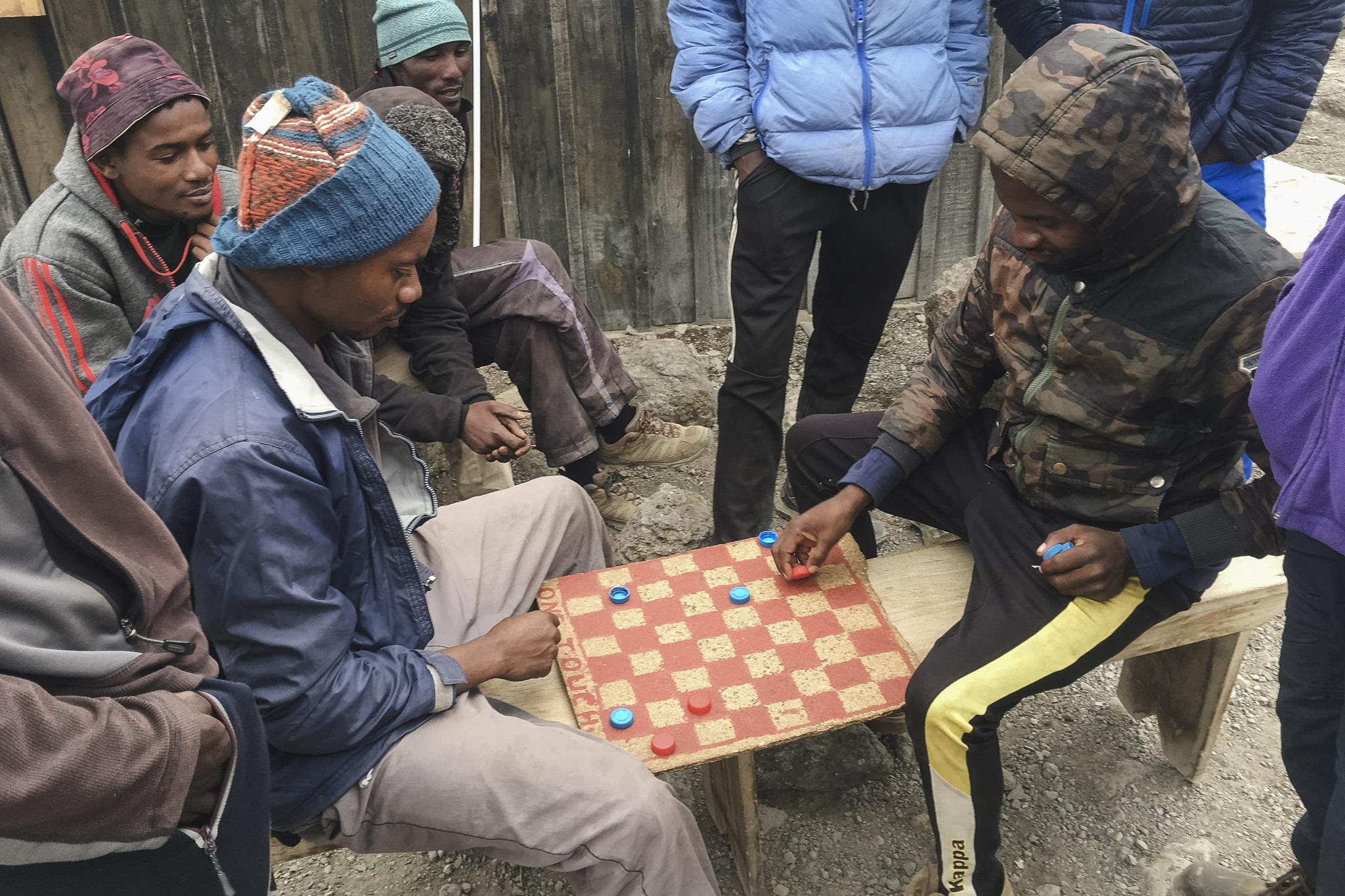 im Barafu Camp spielen die Träger ein Brettspiel