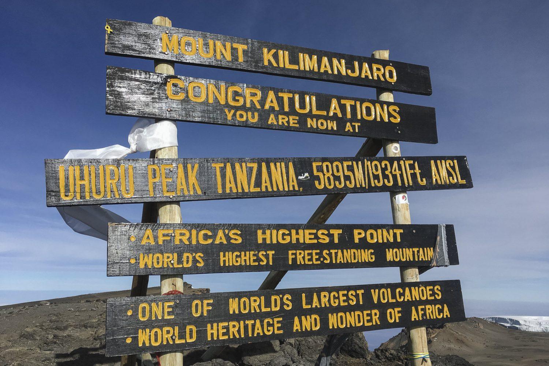 das Schild auf dem Kilimanjaro
